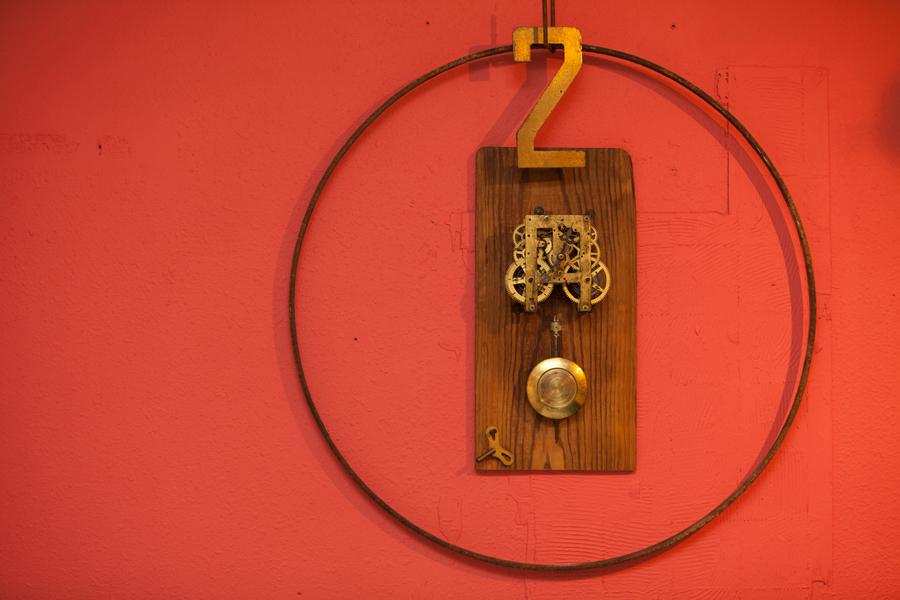 正面の壁に飾られた時計のオブジェ nidomi cafe bar
