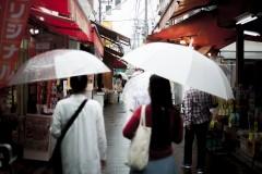 雨でも賑わう:「観光とローカルの間」東京・砂町銀座商店街